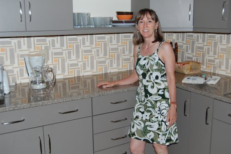 retro-renovation-kitchen-in-gray-laminate