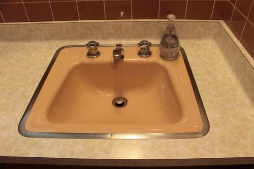 retro peach sink with hudee ring
