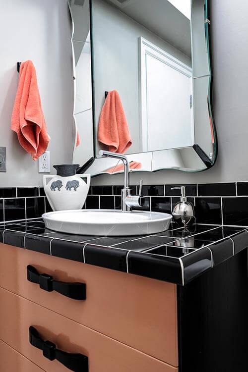 black-and-coral-modern-vintage-bath