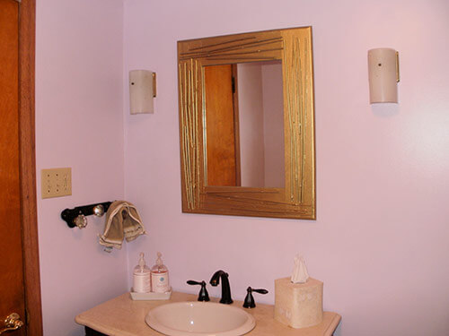 thifted-mirror-in-retro-bathroom