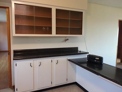 retro-kitchen-with-glass-coke-bottle-shelves
