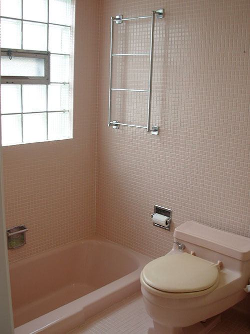 pink-mosiac-tile-retro-bathroom