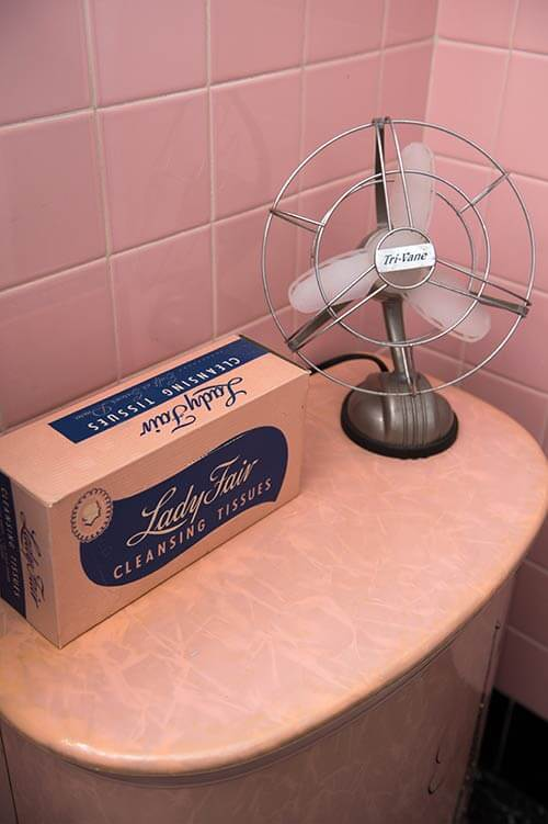 retro-vintage-clock-in-pink-bathroom
