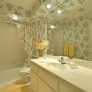 retro-80s-wallpapered-bathroom