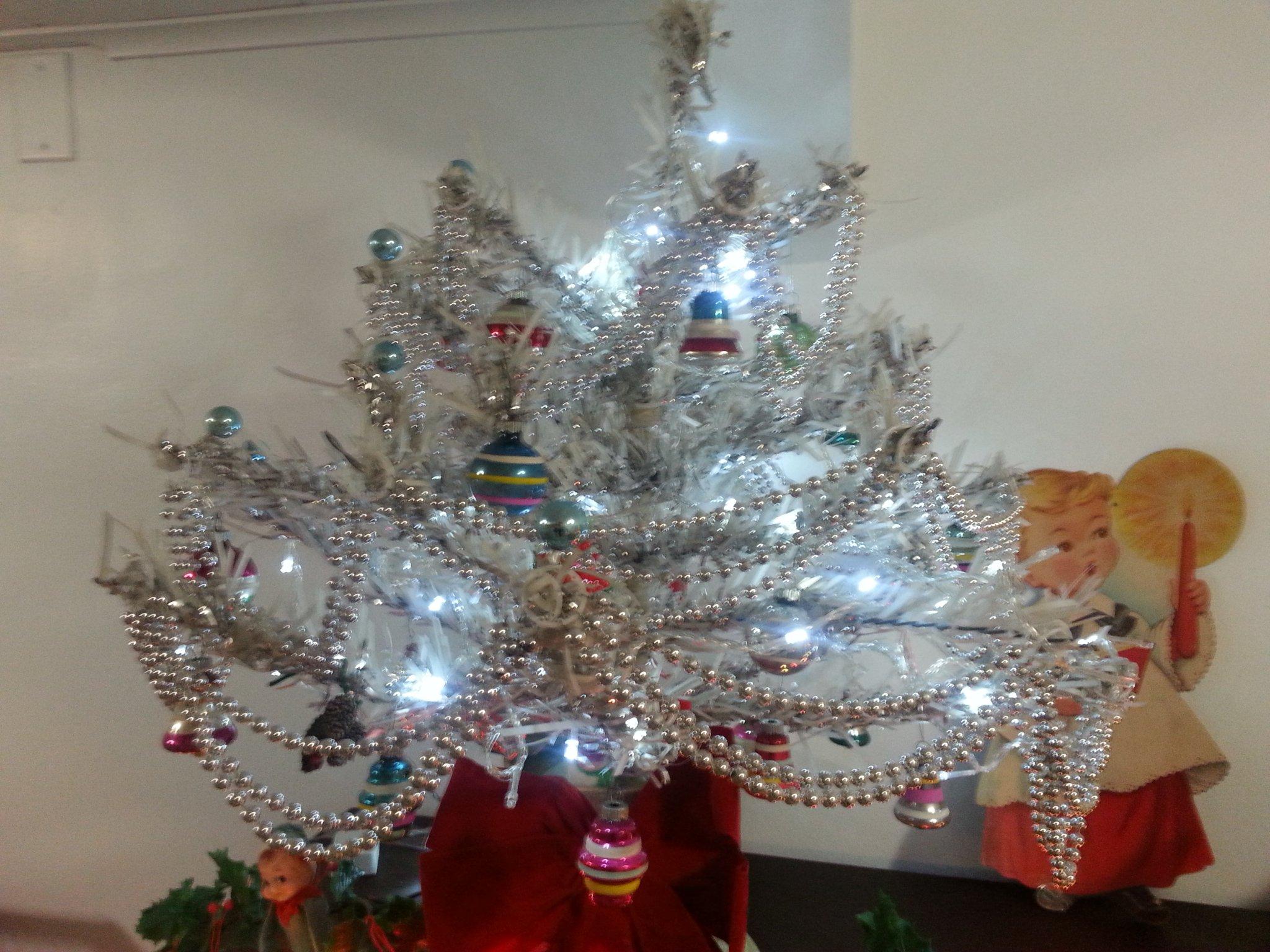 Tinselmania: 219 vintage aluminum Christmas trees - Retro ...
