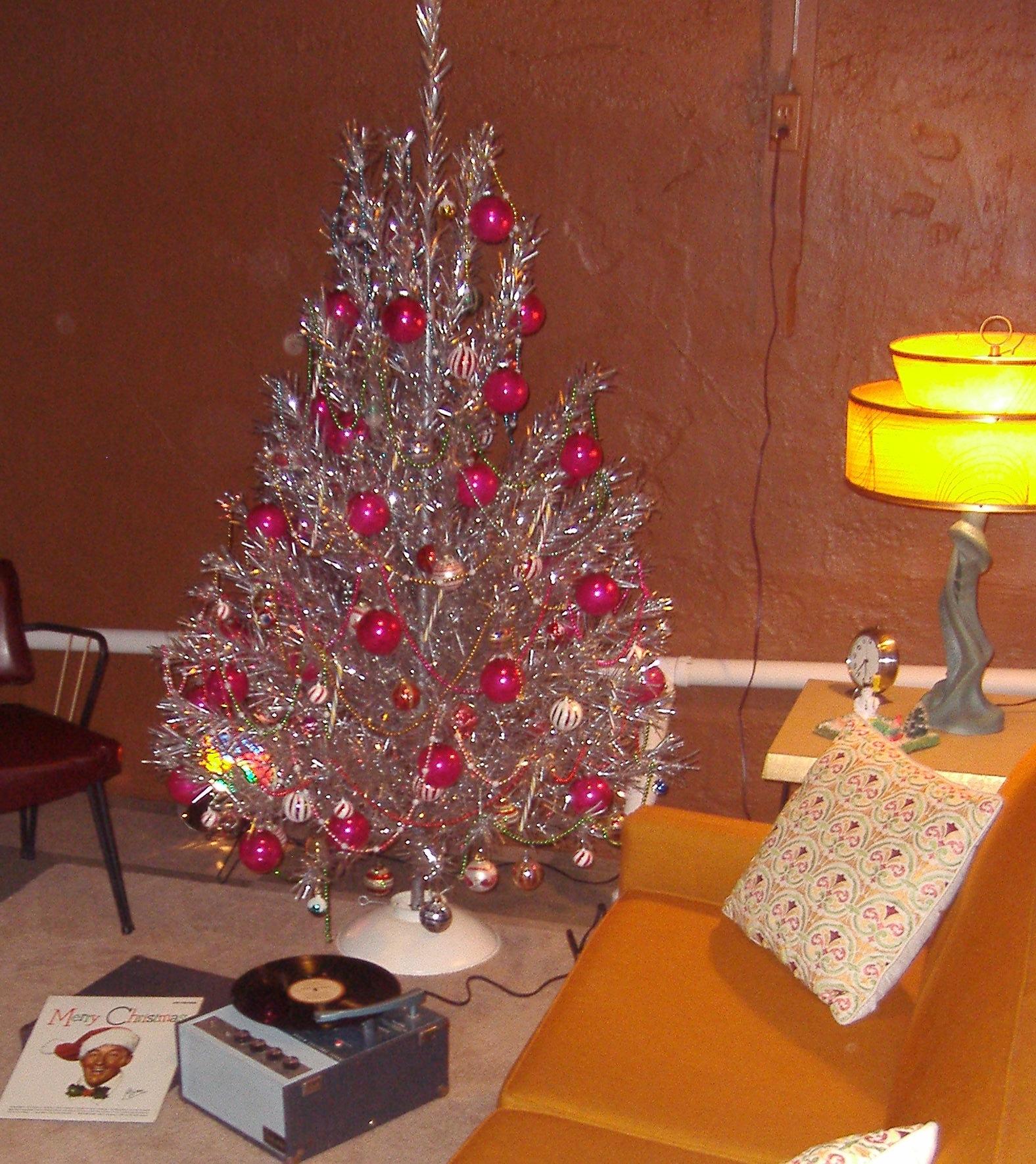 Tinselmania: 221 vintage aluminum Christmas trees - Retro ...