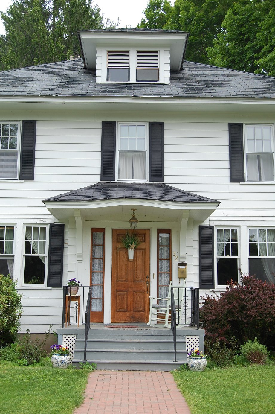 Colonial house with door colonial front door on for Front doors for colonial homes