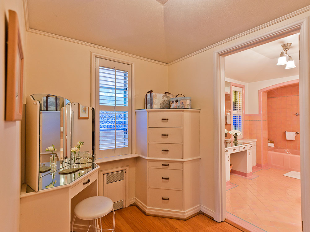Five vintage pastel bathrooms in this lovely 1942 capsule for Bathroom ideas 1940