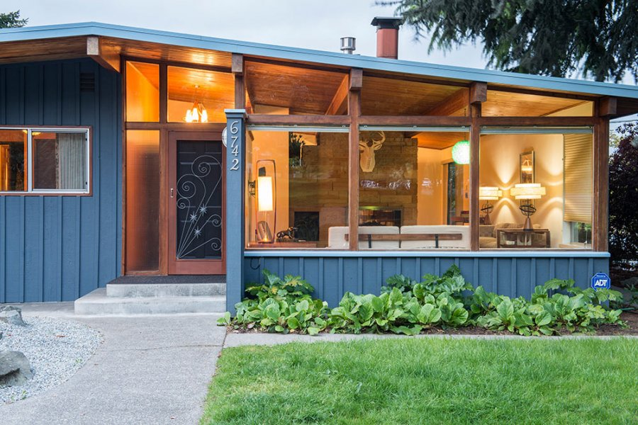 Tammy sells her midcentury house to travel america by camper for Modern vintage home exterior