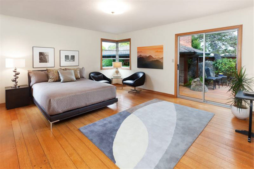 Like a rock the hellbaum house in berkeley is built into for Mid century modern master bedroom