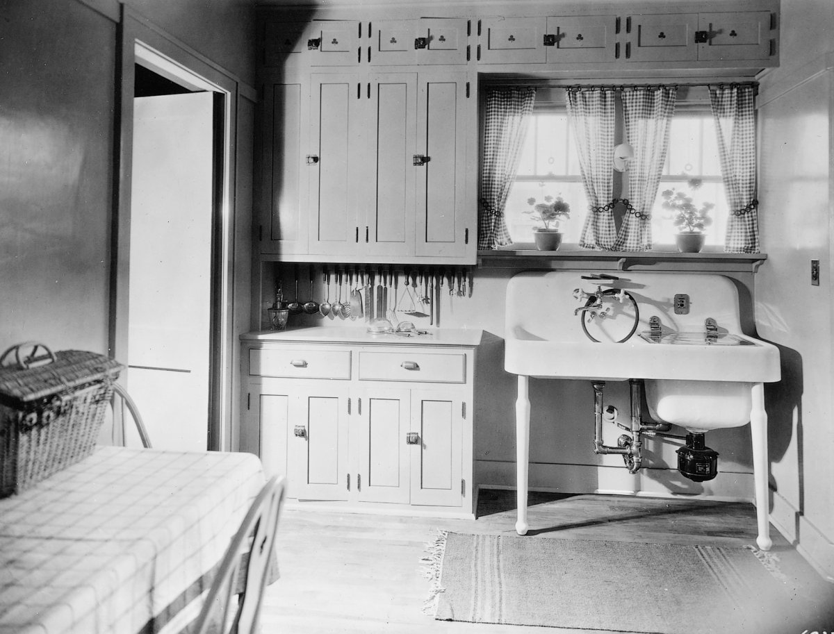 Farmhouse drainboard sinks retro renovation for Kitchen ideas for 1920s house