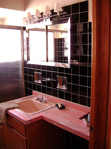 midcent-keiths-pink-bathroom