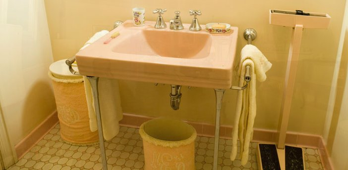 Mamie Eisenhower's pink bathroom in Gettysburg. Note the wonderful pink doctor's scale, too.
