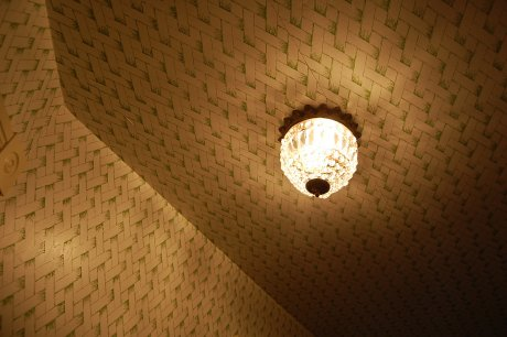 wallpaper-on-the-ceiling-in-the-foyer