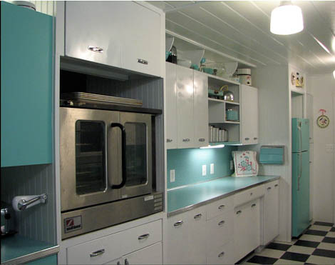 retro kitchen white and aquamarine