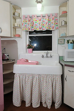 farmhouse kitchen sink for a retro kitchen