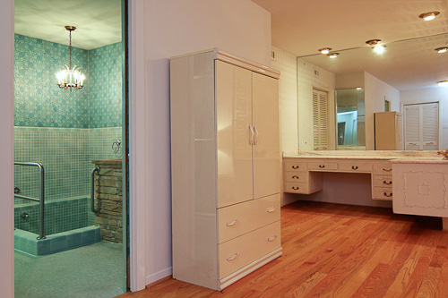 beautiful blue retro bathroom