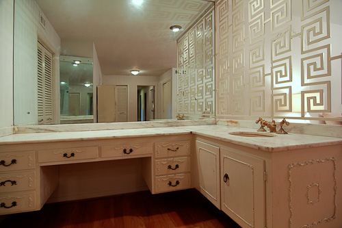 beautiful 1957 bathroom with great wall dividers