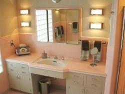 1950-pink-retro-bathroom