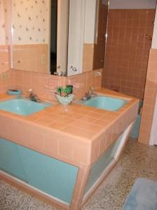 mid-century-peach-tile-bath