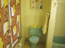 vintage retro yellow-and-mint-green tile bathroom