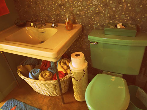 retro-yellow-sink-and-green-toilet