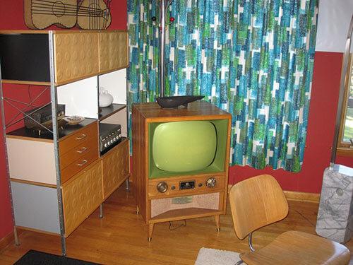 vintage-tv-in-living-room