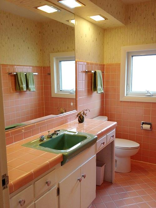 Bradbury atomic age wallpaper makes these two 1950s pink for Pink and orange bathroom ideas