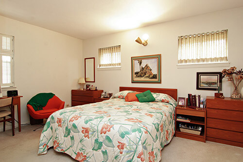 mid-century-bedroom-with-pinch-pleat-drapes