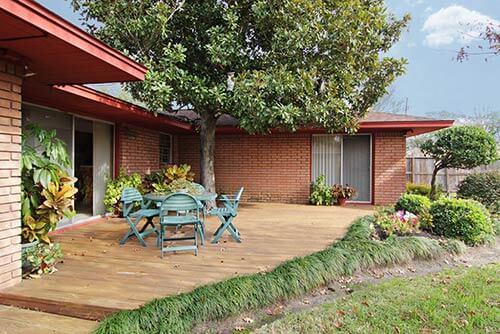 mid-century-house-back-yard