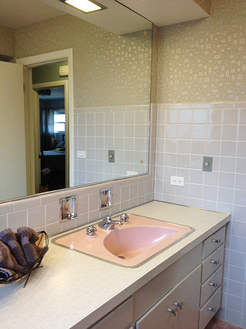 retro-pink-and-grey-bathroom-with-bradbury-wallpaper