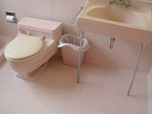 pink-retro-low-toilet-and-footed-wall-sink