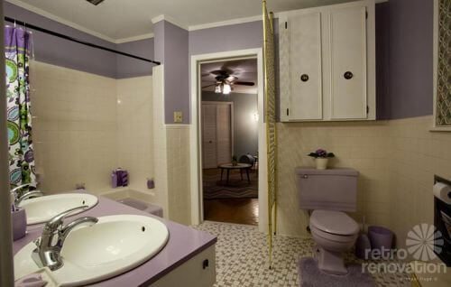 retro-lavendar-bathroom
