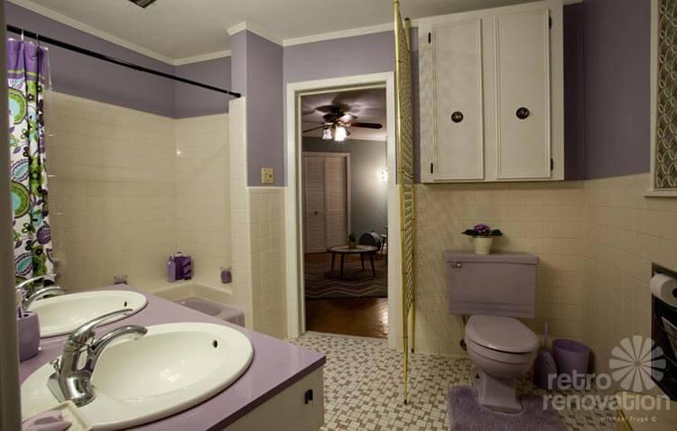 retro-lavendar-bathroom