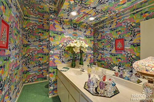 flower-power-wallpapered-bathroom