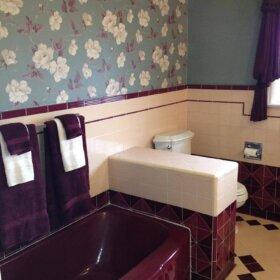 vintage-wallpapered-bathroom-maroon