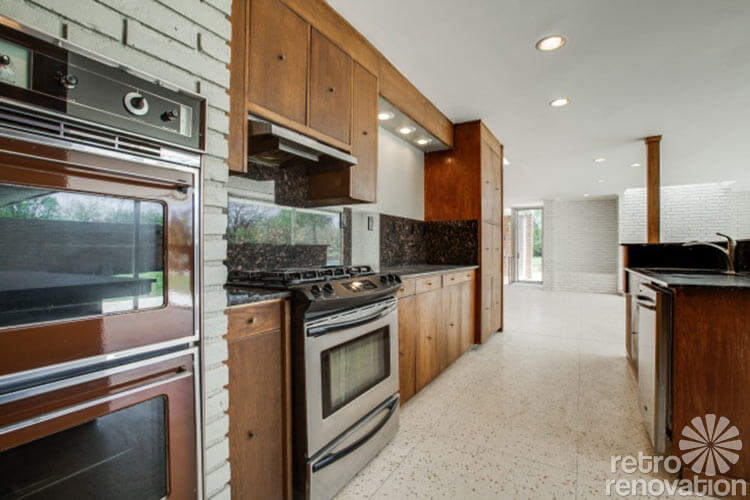 double oven recessed in brick