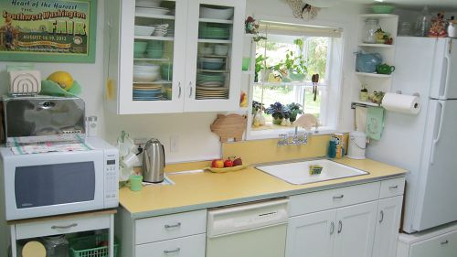 vintage-kitchen-white-and-yellow