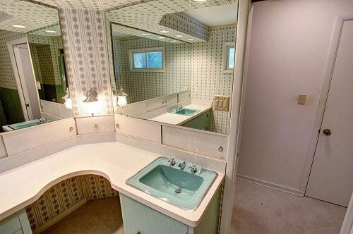 vintage-wallpapered-bathroom