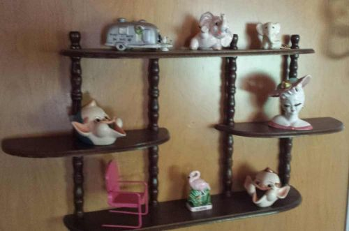 vintage-kitsch-shelf