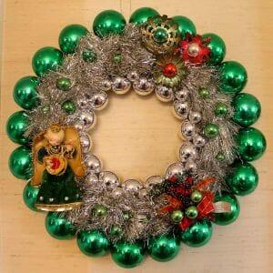 easy vintage chrismas ornament wreath