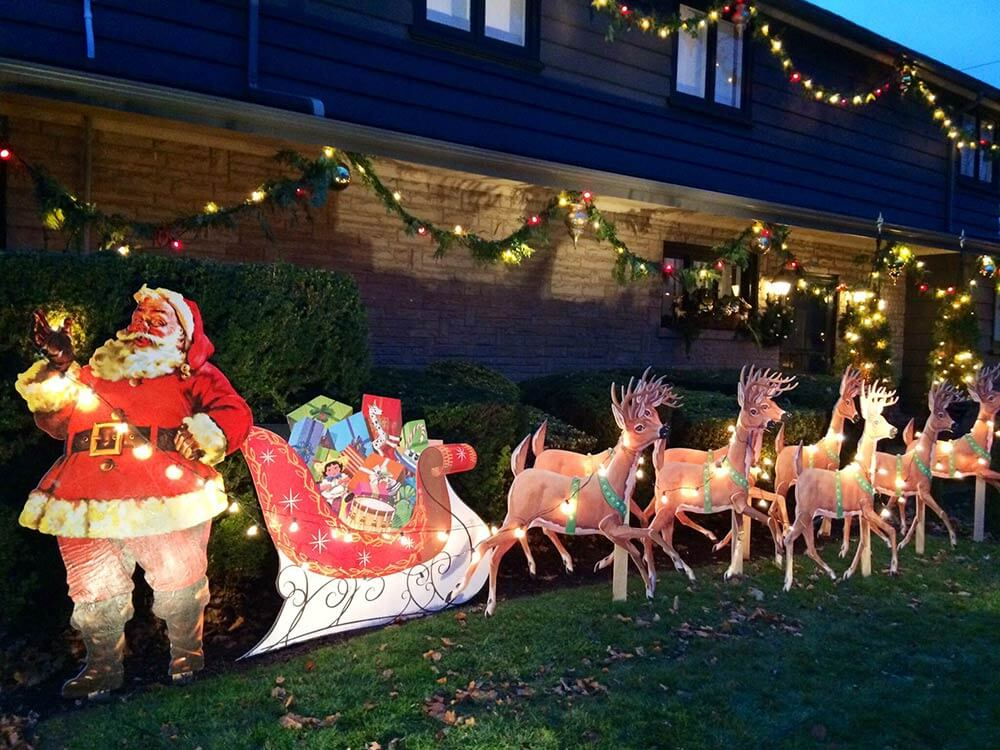 Mike makes a u bild santa and reindeer lawn display from for Holiday lawn decorations