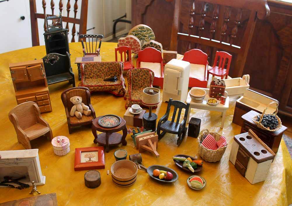 Exceptional Vintage Dollhouse Furniture 1