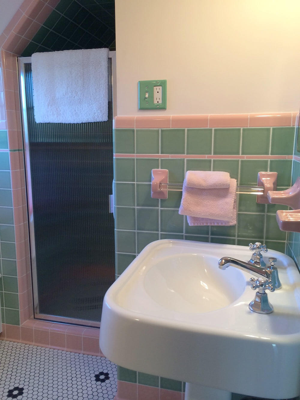 See Jane Design A Vintage Style Green And Pink Tile