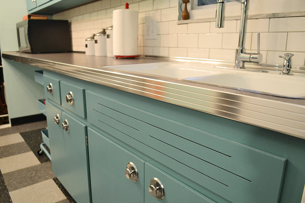 Can Annie Sloan Chalk Paint Transform These Kitchen Cabinets Jessica S Retro Kitchen Before And