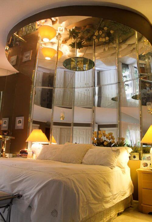 bed-with-mirror-above