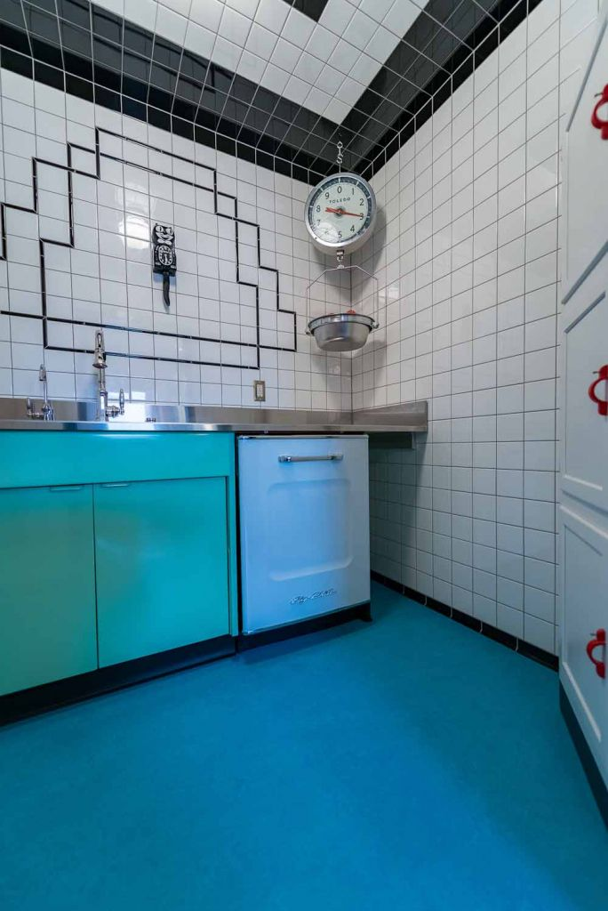 1940s style laundry room with kit kat clock