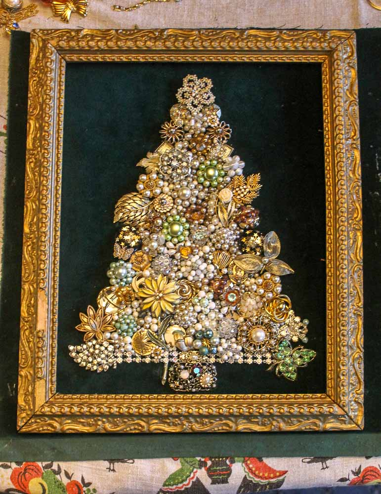 Bucket list: I make a vintage costume jewelry Christmas tree - get ...