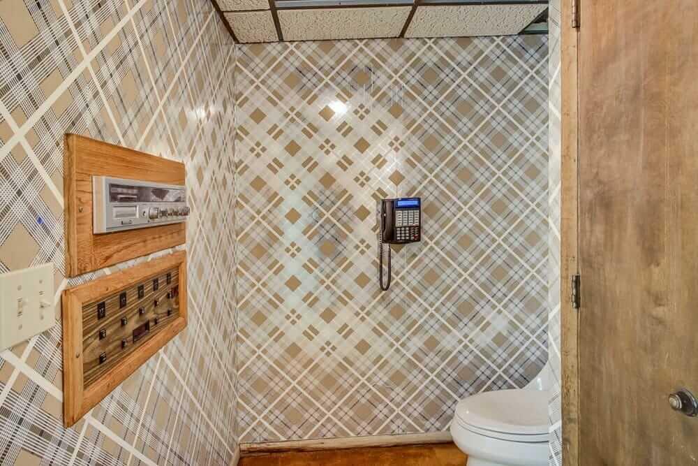 metallic wallpaper in bathroom